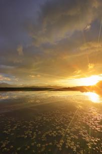 舌喰池と朝日と浅間山遠望の写真素材 [FYI04731670]