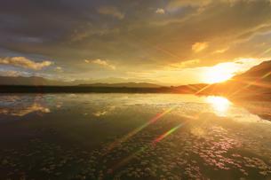 舌喰池と朝日と浅間山遠望の写真素材 [FYI04731671]