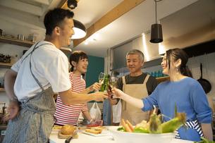 共同キッチンで談笑する男女の写真素材 [FYI04731682]