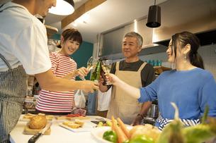 共同キッチンで談笑する男女の写真素材 [FYI04731692]