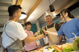 共同キッチンで談笑する男女の写真素材 [FYI04731695]