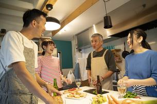 共同キッチンで調理する男女の写真素材 [FYI04731704]