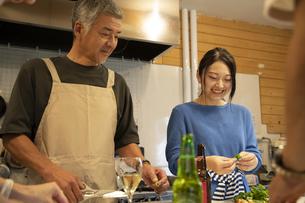 共同キッチンで調理する男女の写真素材 [FYI04731712]