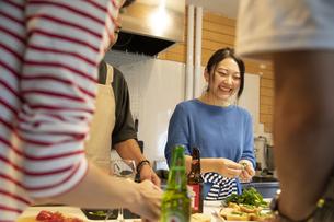 共同キッチンで調理する男女の写真素材 [FYI04731713]