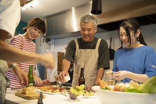共同キッチンで調理する男女の写真素材 [FYI04731721]