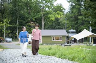 キャンプ場を歩く女性の写真素材 [FYI04731740]