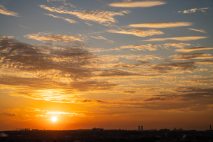 雲を照らす夕日と空一面の夕焼けを大阪府堺市から撮影の写真素材 [FYI04731827]