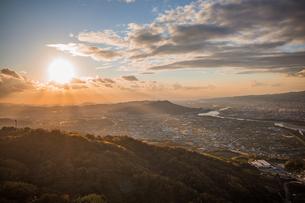 和歌山県紀の川市の百合山上空から見える夕日をパラグライダーから空撮。秋、11月。の写真素材 [FYI04731834]