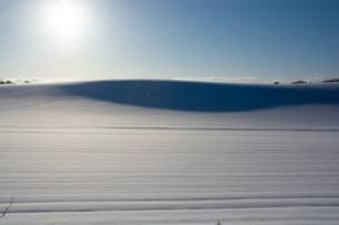 雪原の影と冬の太陽の写真素材 [FYI04731955]
