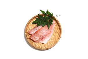 笊にのせた赤魚切り身の写真素材 [FYI04732018]