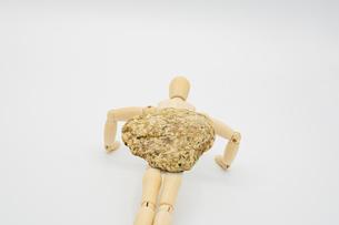 石を乗せて腕立て伏せをするストイックなデッサン人形の写真素材 [FYI04732025]