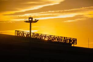 早朝の羽田空港 夜明け(第一ターミナル)の写真素材 [FYI04732130]