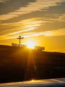 早朝の羽田空港 夜明け(第一ターミナル)の写真素材 [FYI04732132]