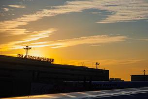 早朝の羽田空港 夜明け(第一ターミナル)の写真素材 [FYI04732139]