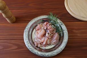 銀色の皿に盛った鶏肉の小間切れの写真素材 [FYI04732144]