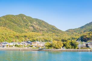 【香川県 小豆島】フェリーからみる土庄港の町並みの写真素材 [FYI04732153]
