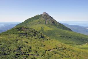 三ツ峰から見た羅臼岳(北海道・知床)の写真素材 [FYI04732160]
