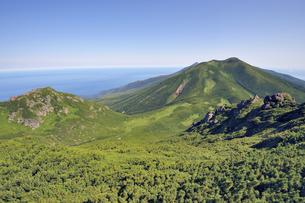 三ツ峰から見た知床連山(北海道・知床)の写真素材 [FYI04732161]