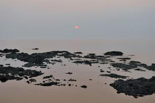 オホーツク海に沈む夕日(北海道・知床)の写真素材 [FYI04732170]