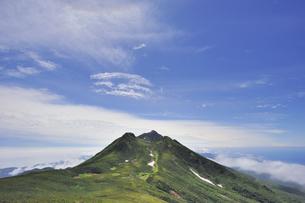 サシルイ岳から見た羅臼岳(北海道・知床)の写真素材 [FYI04732171]
