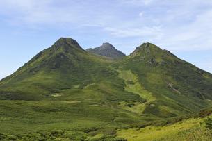 サシルイ岳から見た羅臼岳(北海道・知床)の写真素材 [FYI04732173]