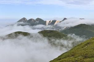 サシルイ岳から見た硫黄山(北海道・知床)の写真素材 [FYI04732176]