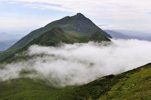 サシルイ岳から見た羅臼岳(北海道・知床)の写真素材 [FYI04732177]