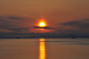朝日と漁船(北海道・知床)の写真素材 [FYI04732180]