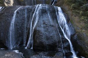 晩秋の袋田の滝の写真素材 [FYI04732252]