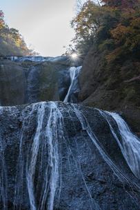 晩秋の袋田の滝の写真素材 [FYI04732288]