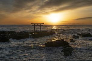 厳冬の海に明ける神磯の鳥居の写真素材 [FYI04732349]
