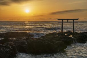 厳冬の海に明ける神磯の鳥居の写真素材 [FYI04732351]