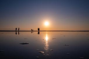【香川県 三豊市】父母ヶ浜の夕暮れ リフレクションの写真素材 [FYI04732486]