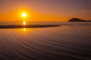 【香川県 三豊市】父母ヶ浜の夕暮れ 海の写真素材 [FYI04732487]