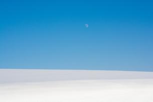 雪原と青空に昇る月の写真素材 [FYI04732531]