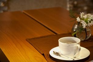 テーブルに置かれたティーカップの写真素材 [FYI04732602]