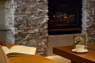 暖炉のある部屋の写真素材 [FYI04732603]