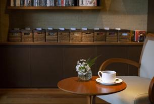 テーブルに置かれたティーカップと椅子の写真素材 [FYI04732610]