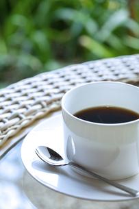 テーブルに置かれたティーカップの写真素材 [FYI04732611]