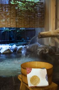 温泉と桶と手ぬぐいの写真素材 [FYI04732612]