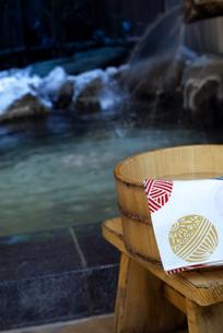 温泉と桶と手ぬぐいの写真素材 [FYI04732614]