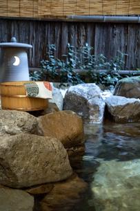 温泉と桶と手ぬぐいの写真素材 [FYI04732619]