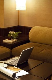 パソコンなどが置かれたソファのある部屋の写真素材 [FYI04732634]