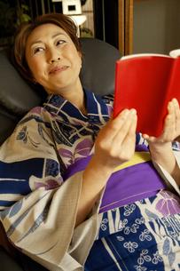 マッサージチェアに座る浴衣の女性の写真素材 [FYI04732643]