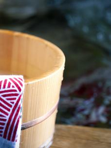 温泉と桶と手ぬぐいの写真素材 [FYI04732724]