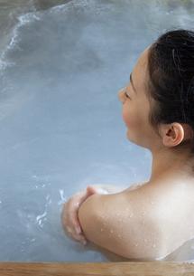 温泉につかっている女性の写真素材 [FYI04732730]