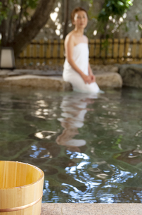 温泉につかっている女性の写真素材 [FYI04732746]