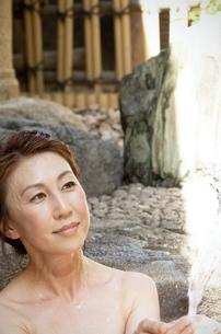温泉につかっている女性の写真素材 [FYI04732748]