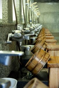 並ぶ風呂桶と椅子の写真素材 [FYI04732759]
