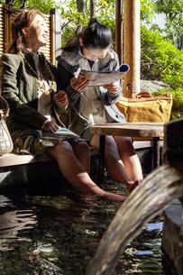 足湯に浸かっている母と娘の写真素材 [FYI04732760]